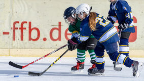 打冰球的德国孩子 免版税库存照片