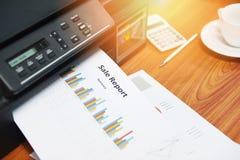 打印机印刷商业报告销售和堆文件在办公室报告图表图 库存照片