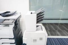 打印机机器的现代类型在办公室 免版税库存图片