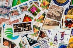 打印的堆老任意使用的邮费从各种各样的国家和另外时间盖印 免版税库存图片