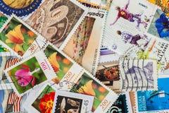 打印的堆老任意使用的邮费从各种各样的国家和另外时间盖印 库存图片