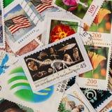 打印的堆老任意使用的邮费从各种各样的国家和另外时间,正方形盖印 对样式,墙纸 免版税库存图片