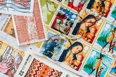 打印的堆老任意使用的邮费从各种各样的国家和另外时间,纸纹理盖印 库存图片