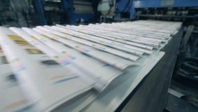 打印的学报沿传送带移动 股票录像