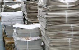 打印的报纸堆 库存图片