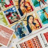 打印的老使用的邮费从各种各样的国家和另外时间,正方形盖印 对样式,墙纸,横幅设计 免版税库存图片