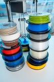 打印的颜色塑料PLA和吸收细丝在3D打印机 免版税库存图片