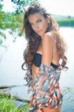 打印美丽的年轻性感的妇女比基尼泳装的和 库存图片