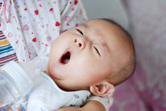 打呵欠亚裔的婴孩 免版税库存照片