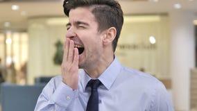 打呵欠在工作的疲乏的商人 股票录像