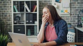 打呵欠疲乏的办公室经理舒展身体感觉不快乐在工作 影视素材