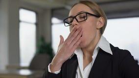 打呵欠的女实业家,当工作在乏味项目,被用尽劳累过度时 股票录像