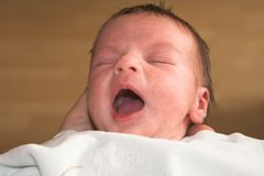 打呵欠的婴孩 免版税库存照片