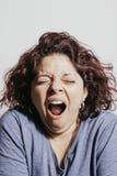 打呵欠美丽的红头发人的妇女 免版税库存图片