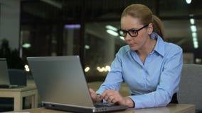 打呵欠被用尽的女实业家,运作的夜班在办公室,劳累过度概念 影视素材