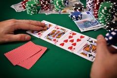 打啤牌牌的赌客 免版税库存照片