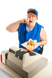 打喷嚏在膳食的快餐工作者 免版税库存照片