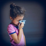 打喷嚏的十几岁的女孩遭受流鼻水 免版税库存照片
