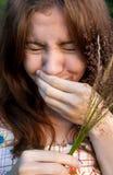 打喷嚏的女孩 免版税图库摄影