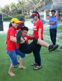 打团体性运动比赛的青年人 免版税库存图片