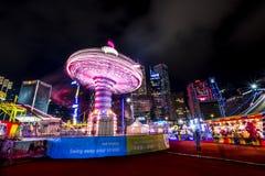 打在一个大狂欢节的人们比赛在亚洲的金融中心的心脏 库存图片