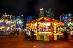 打在一个大狂欢节的人们比赛在亚洲的金融中心的心脏 免版税图库摄影