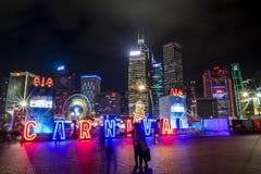 打在一个大狂欢节的人们比赛在亚洲的金融中心的心脏 免版税库存照片