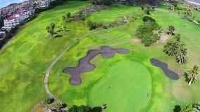 打在一个巨型的高尔夫球场的人们高尔夫球在特内里费岛,金丝雀,西班牙 股票视频