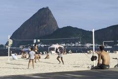 打在一个海滩的人们排球在里约热内卢,巴西 库存照片