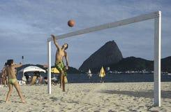打在一个海滩的孩子排球在里约热内卢, Brazi 免版税库存图片