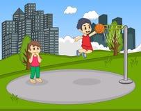 打在公园动画片的孩子篮球 库存图片