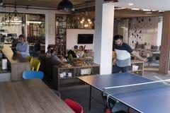 打在创造性的办公室空间的乒乓球网球 免版税图库摄影