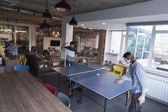 打在创造性的办公室空间的乒乓球网球 库存照片