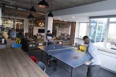 打在创造性的办公室空间的乒乓球网球 库存图片