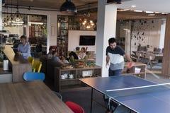 打在创造性的办公室空间的乒乓球网球 免版税库存照片
