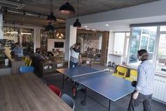 打在创造性的办公室空间的乒乓球网球 图库摄影