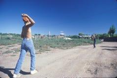 打在土路的两个男孩棒球,圣米格尔火山, NM 免版税图库摄影