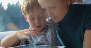 打在垫的母亲和儿子比赛在火车 股票录像