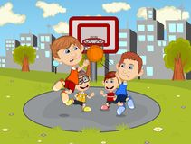 打在城市公园动画片的孩子篮球 免版税库存图片