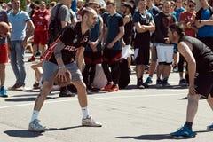 打在城市squa的一个小组年轻人街道篮球 库存图片