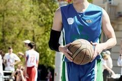 打在城市squa的一个小组年轻人街道篮球 库存照片