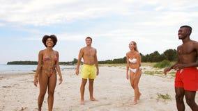 打在夏天海滩的愉快的朋友球 影视素材