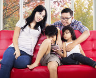 打在数字式片剂的家庭比赛 免版税库存照片