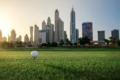 打在日落的高尔夫球 高尔夫球在高尔夫球的发球区域 免版税库存图片