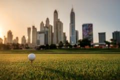 打在日落的高尔夫球 高尔夫球在高尔夫球的发球区域 免版税库存照片