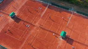 打在橙色法院的无法认出的网球员空中顶视图网球在一个晴朗的夏日 股票视频