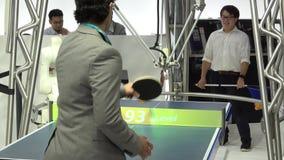 打在欧姆龙立场的机器人球台网球在Messe市场在汉诺威,德国 影视素材