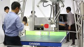 打在欧姆龙立场的机器人球台网球在Messe市场在汉诺威,德国 股票视频
