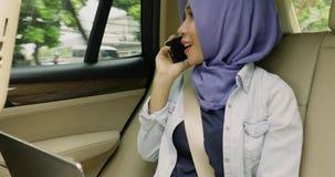 打在汽车的回教妇女一个电话 股票录像