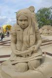 打在沙子雕塑节日的孩子的雕塑一个电子游戏在拉彭兰塔 库存图片